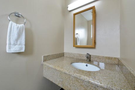 Pacific Shores Inn - Guest Bathroom